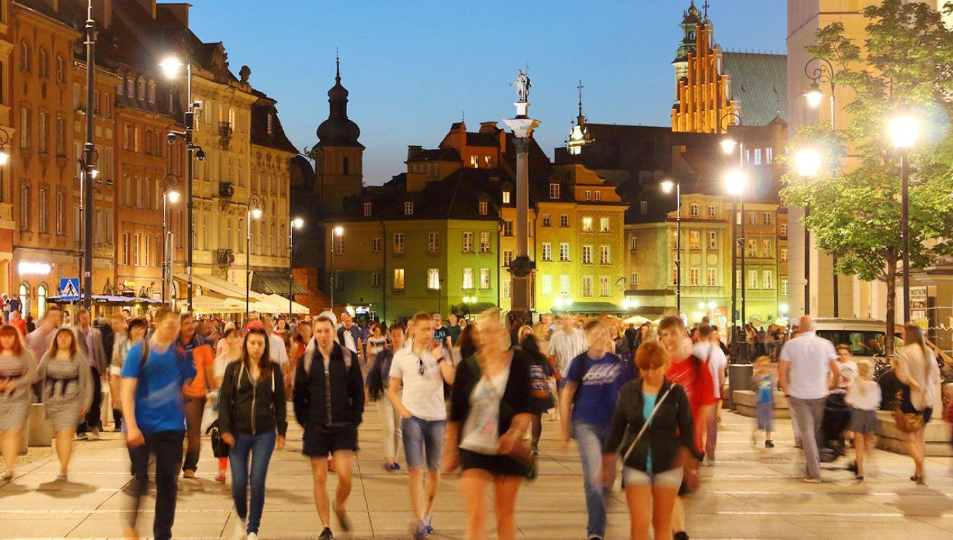 Na ulicy można zdjąć maseczkę, ale należy zachować dystans do innych osób (fot. Shutterstock)