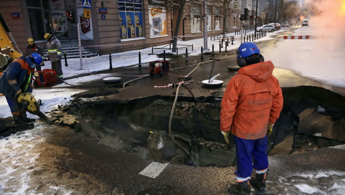 Prace na ulicy Jagiellońskiej po awarii rury sieci ciepłowniczej w Warszawie (fot. PAP/W.Olkuśnik)