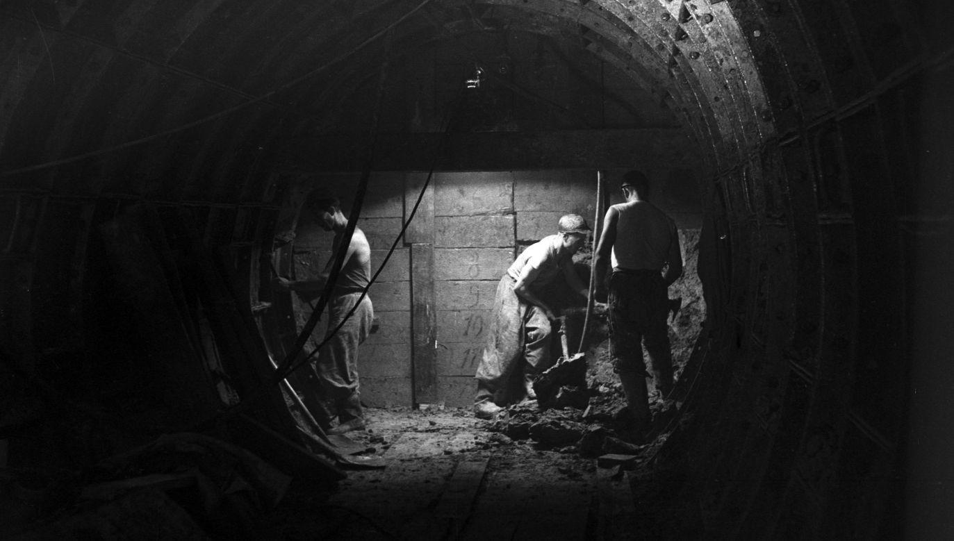Tak powstawało metro w Warszawie w 1956 roku - robotnicy ręcznie drążyli tunele czy budowali sztolnie (na zdjęciu). Fot. NAC/Archiwum Fotograficzne Zbyszka Siemaszki, sygn. 51-220-12