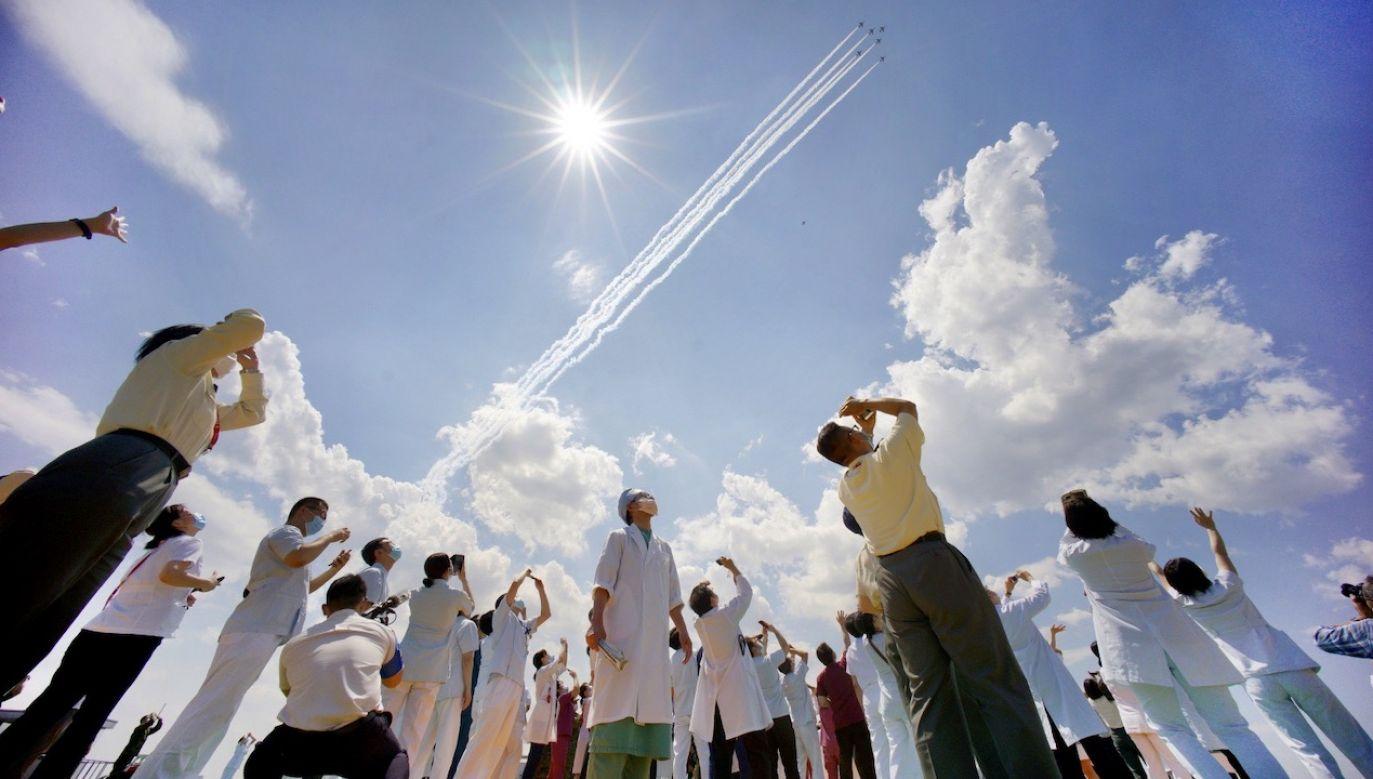 Japońskie siły powietrzne oddały hołd pracownikom medycznym (fot. PAP/EPA/JIJI PRESS)
