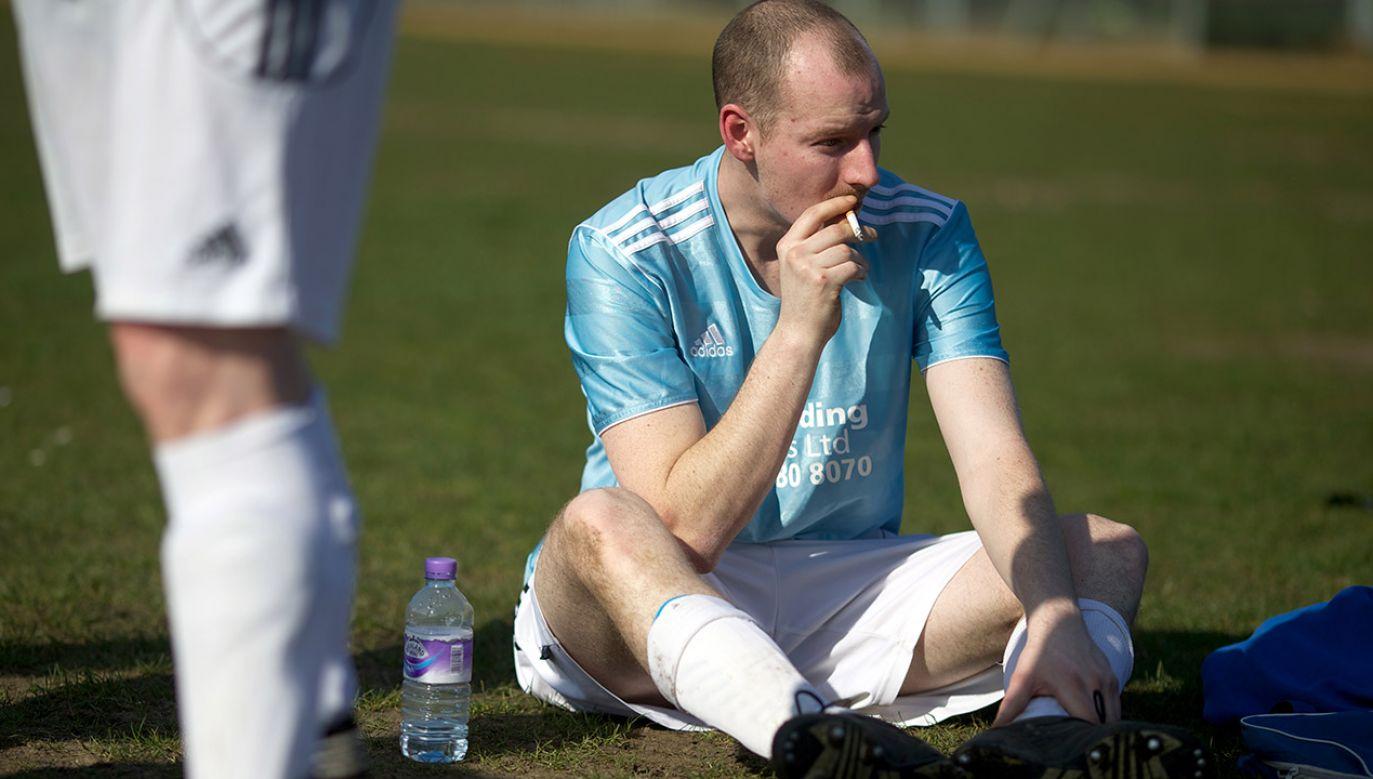 Przerwa na papierosa? Takie obrazki można spotkać do dziś w niższych ligach na całym świecie (fot. John Walton - PA Images via Getty Images)