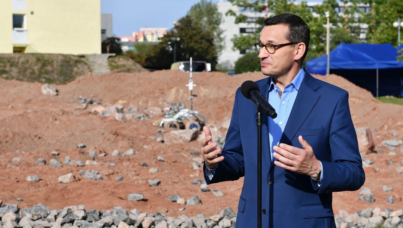 """Premier zwrócił uwagę na wynalazki z 1997 roku, w tym na łazika marsjańskiego, który wtedy poleciał na Marsa – na czym jego zdaniem """"skorzystała cała ludzkość"""" (fot. PAP/Piotr Polak)"""