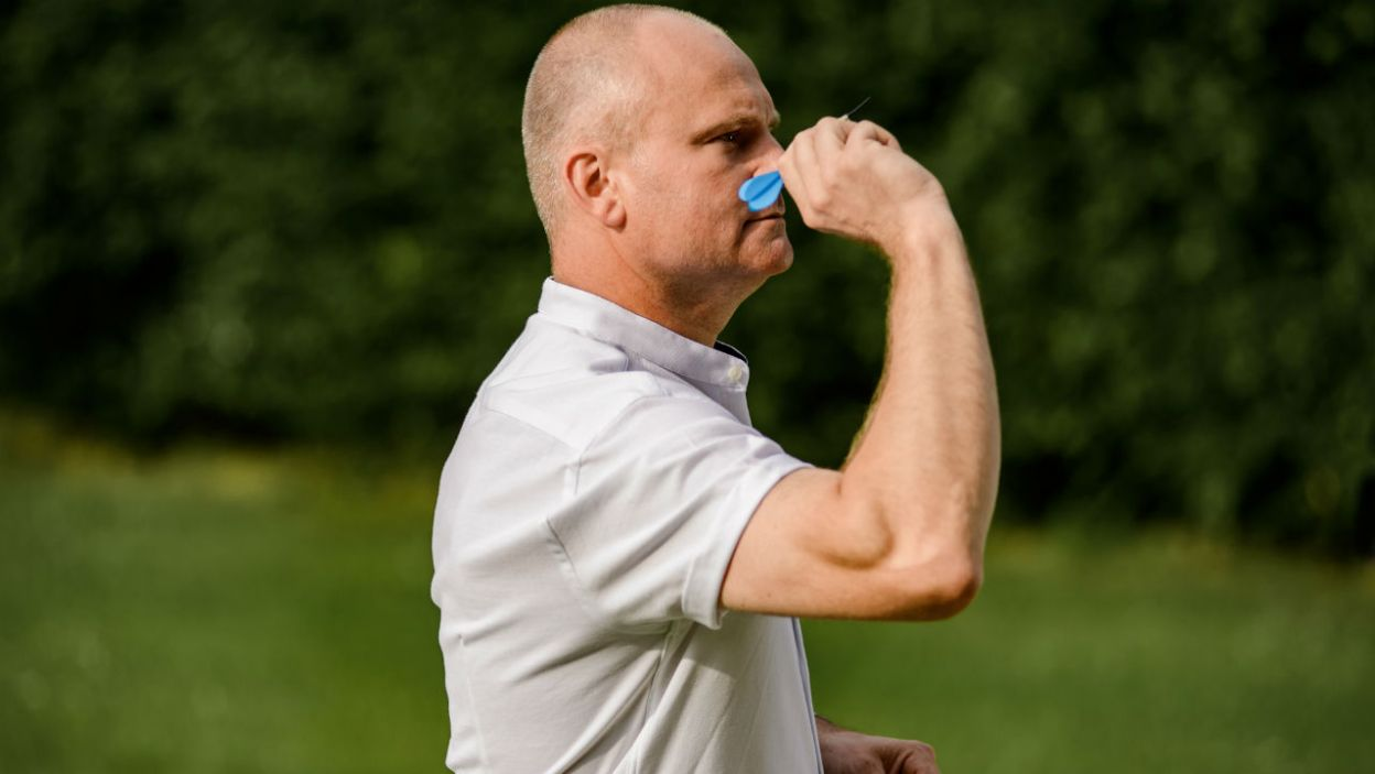 Rolnik wprowadził odrobinę sportowej rywalizacji i sprawdził, która z pań celniej strzela (fot. P. Matey/TVP)