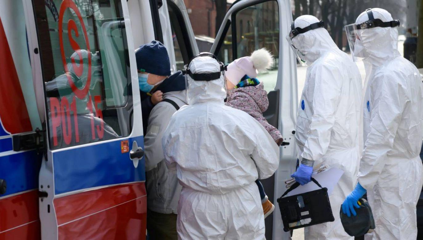 Zespół karetki ratunkowej podejmuje pacjentów z jednego z osiedli w Poznaniu (fot. PAP/Jakub Kaczmarczyk)
