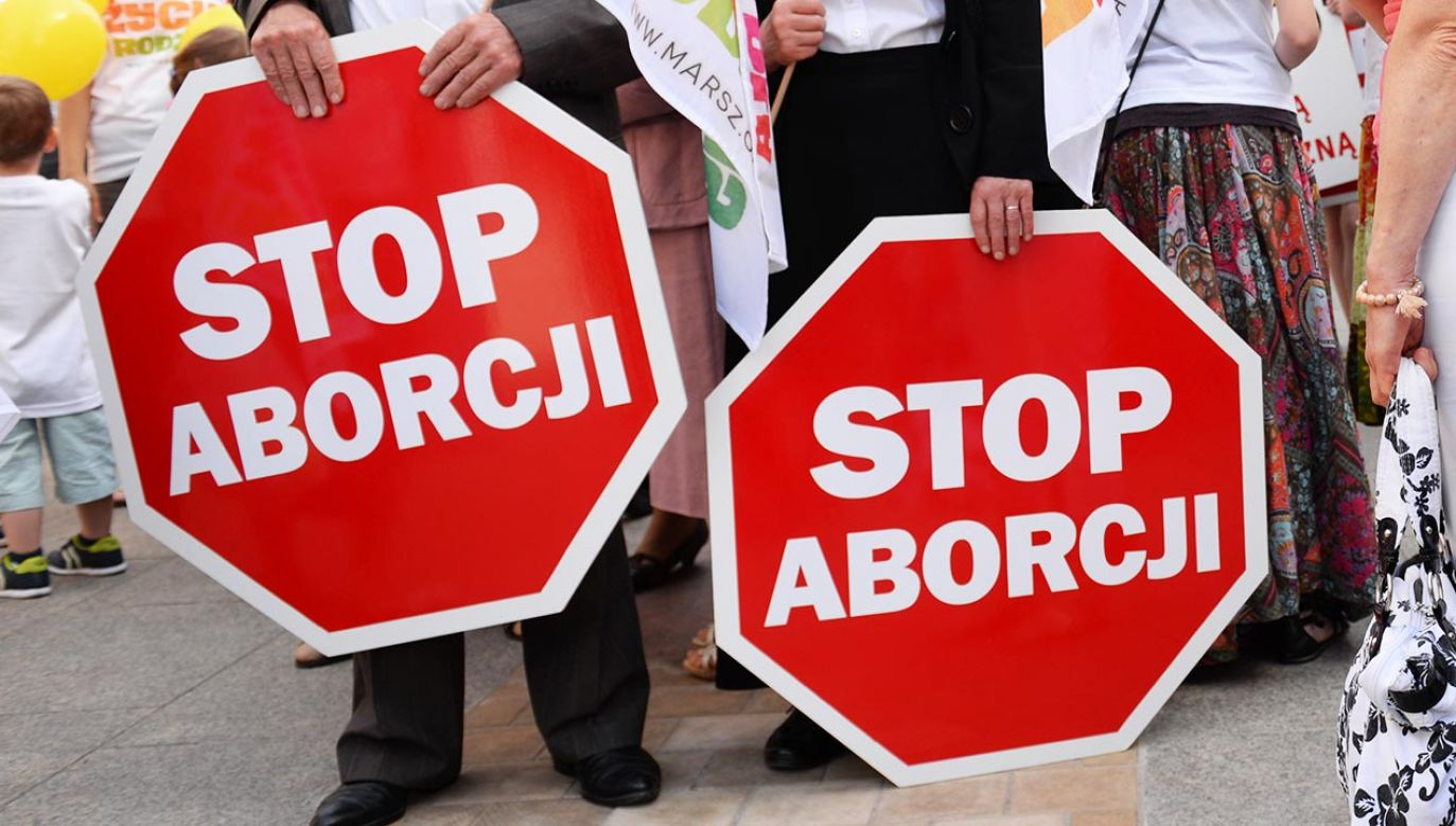 """Kelner odmówił obsłużenia małżeństwa, ponieważ mieli naklejkę """"Stop Aborcji"""" (fot. Forum/Piotr Guzik)"""