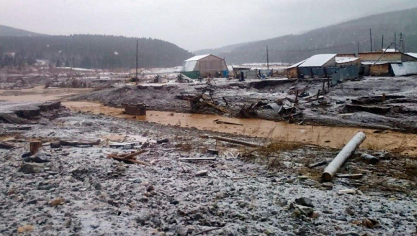 Akcja ratunkowa jest utrudniona (fot. PAP/EPA/RUSSIAN EMERGENCIES MINISTRY / HANDOUT)