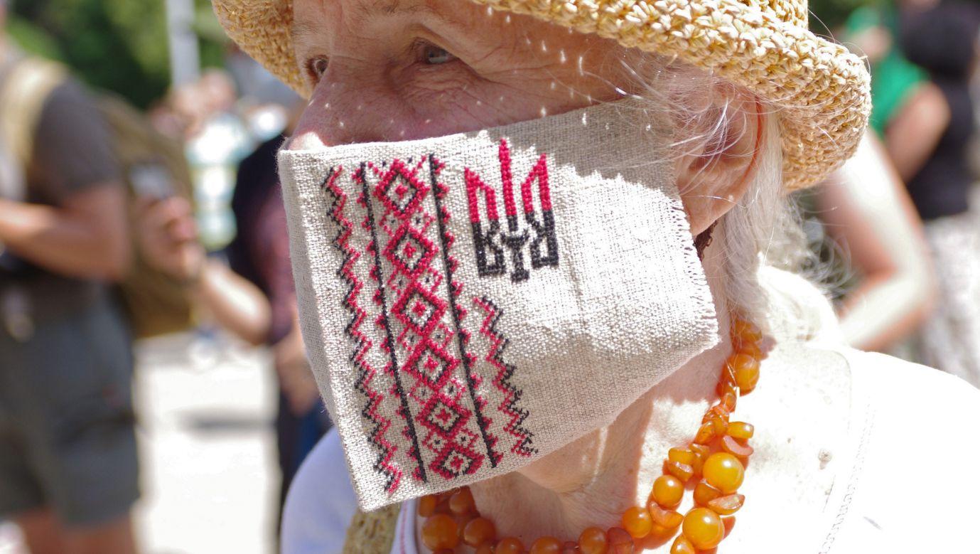 Maseczka antywirusowa z motywem tryzuba. Połtawa, 17 lipca 2020. Fot. Pustovit Serhii/ Ukrinform/Barcroft Media via Getty Images