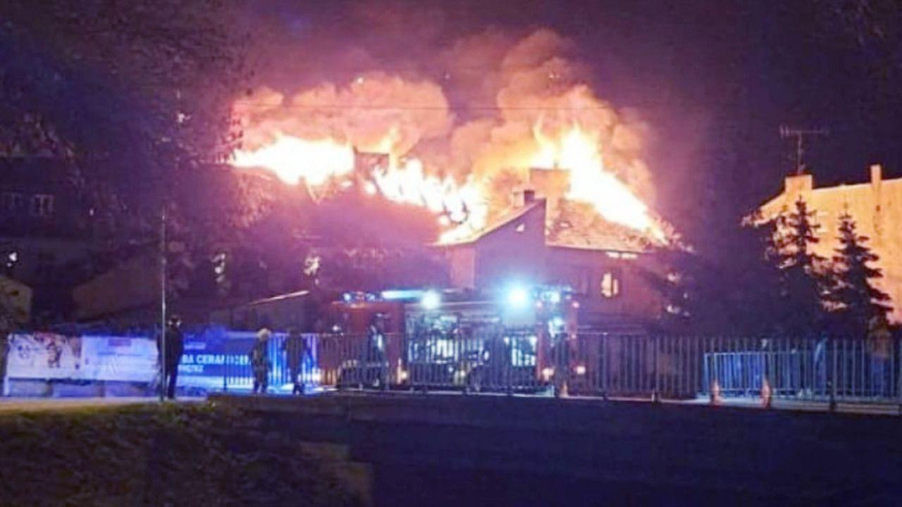 Pali się dach kamienicy w Ozorkowie (fot.  Straż Pożarna)
