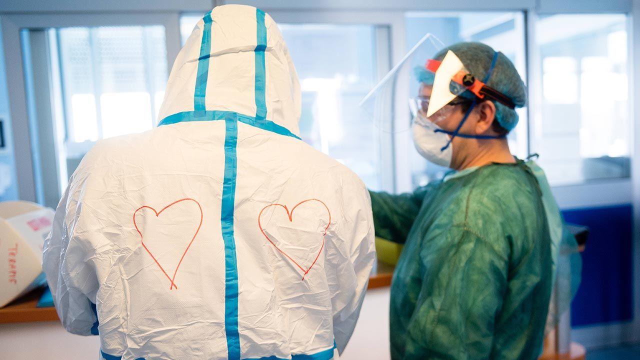 Narzeczeni podczas epidemii koronawirusa we Włoszech odnowili oświadczyny (fot. Shutterstock/Marco Mantovani/Getty Images)
