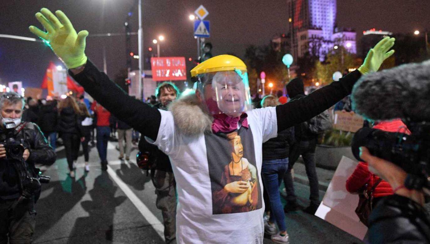 W Warszawie odbywa się protest mimo pandemii (fot. PAP/Radek Pietruszka)