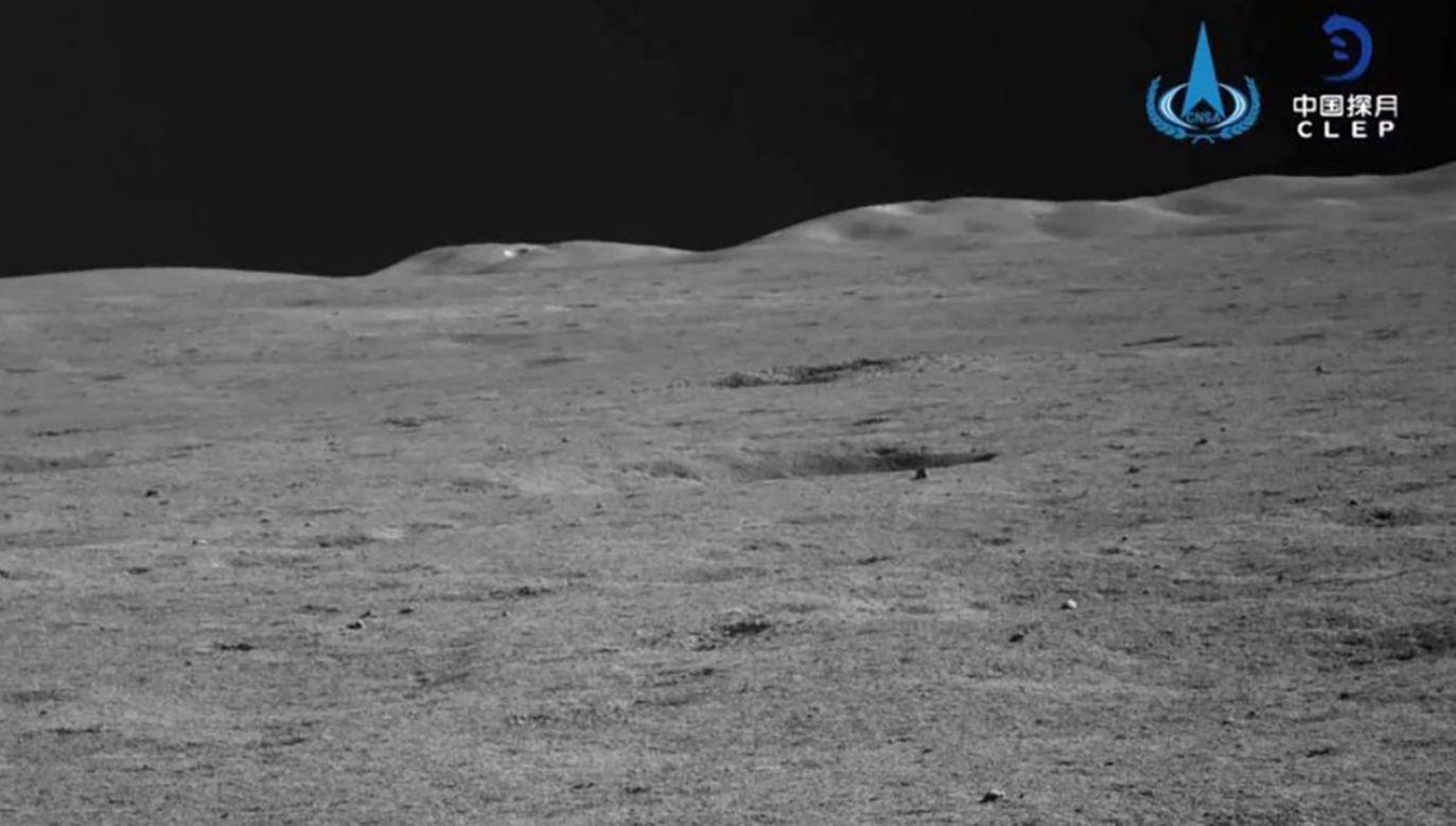 Sonda Chang'e-4 i łazik Yutu-2 kontynuują eksplorację odległej strony Księżyca (fot. CNSA)