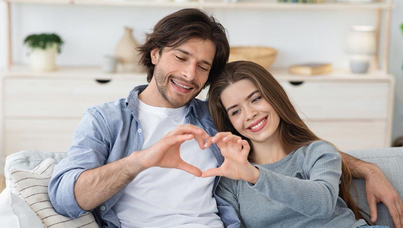 Chodzi o łączenie ludzi w pary na podstawie dosłownie rozumianej chemii (fot. Shutterstock/Prostock-studio)
