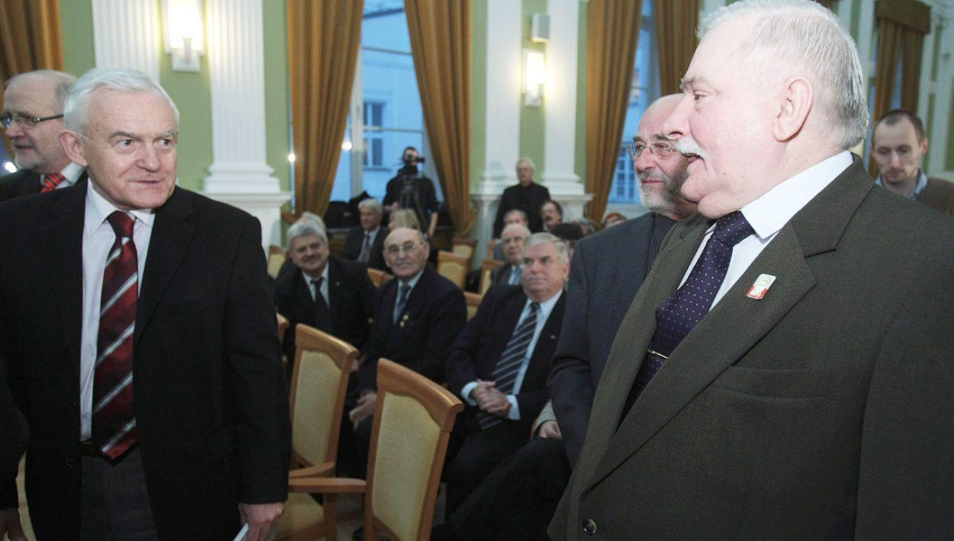 """Leszek Miller (z lewej) o Lechu Wałęsie (po prawej) mówił, że do stoczni """"niestety, przez płot nie skakał"""", ale go """"przywieźli"""" (fot. arch.PAP/Leszek Szymański)"""