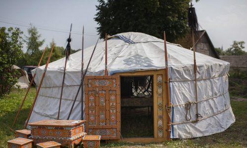 Podczas spotkań Tatarzy przypominają swoją historię. Tradycyjna jurta tatarska zaprezentowana podczas Festiwalu Tatarskiego w sierpniu 2013 r. w Supraślu. Festiwal został zorganizowany z okazji 330-lecia Bitwy pod Wiedniem oraz osadnictwa Tatarów na ziemiach podlaskich. Fot. PAP/Michał Zieliński