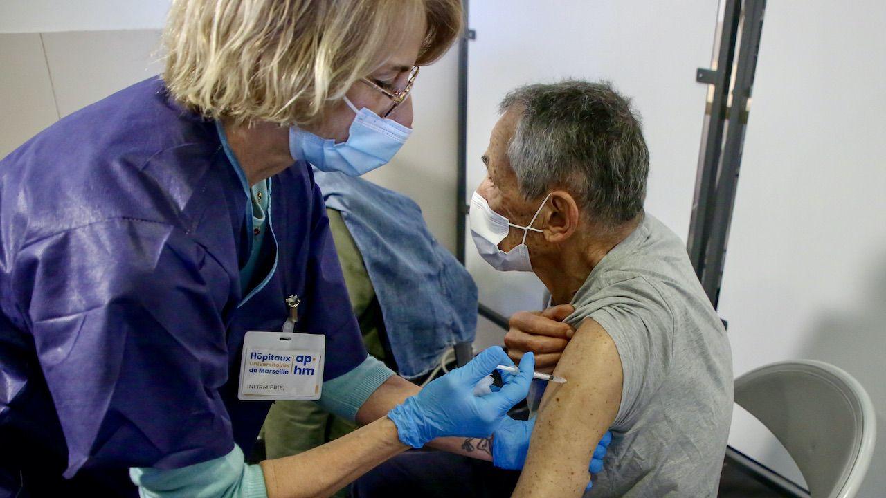 Kto będzie potrzebował dodatkowej dawki szczepionki? (fot. D.Thaust/SOPA Images/LightRocket/Getty Images)