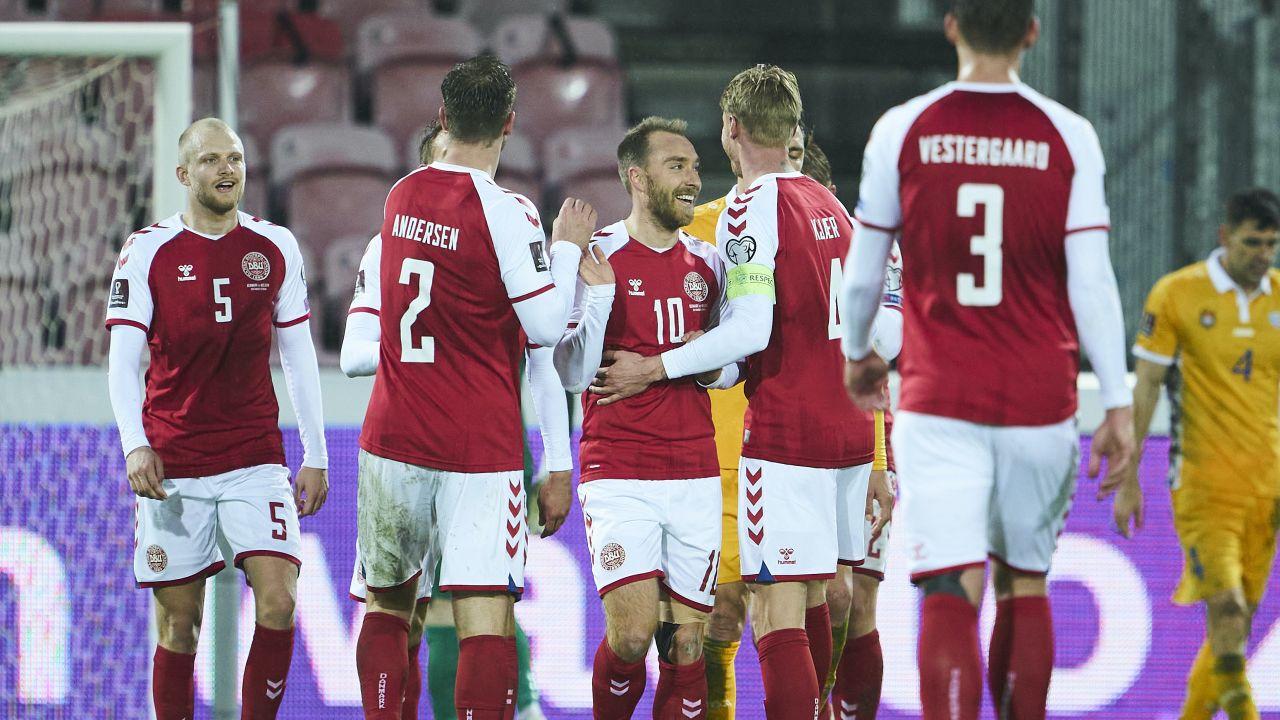 Duńscy kibice liczą na to, że reprezentacja może odnieśćsukces na Euro (fot. Lars Ronbog / FrontZoneSport via Getty Images)