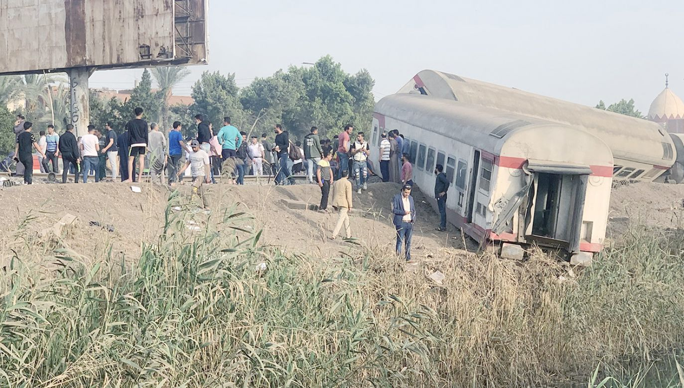 Do wykolejenia doszło na północ od Kairu (fot. PAP/EPA/KHALED ELFIQI)