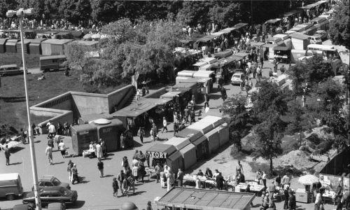 Warszawa, 28.05.1991. Stoiska handlowe na placu Defilad pod Pałacem Kultury i Nauki. (ptr) PAP/Paweł Kopczyński