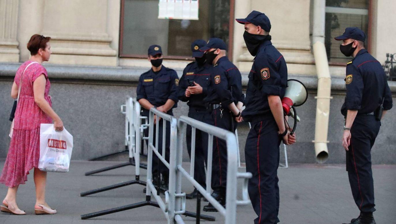 Milicja w Mińsku zablokowała pieszy odcinek głównej arterii stolicy (fot. PAP/EPA/TATYANA ZENKOVICH)