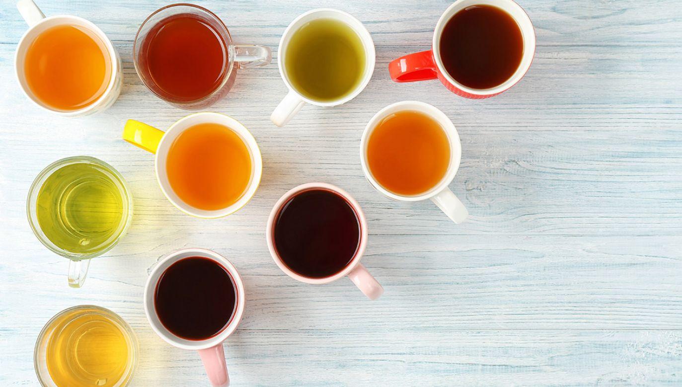 Codzienne picie herbaty aż o połowę zmniejsza ryzyko pogorszenia zdolności mentalnych w podeszłym wieku (fot. Shutterstock/ Africa Studio)