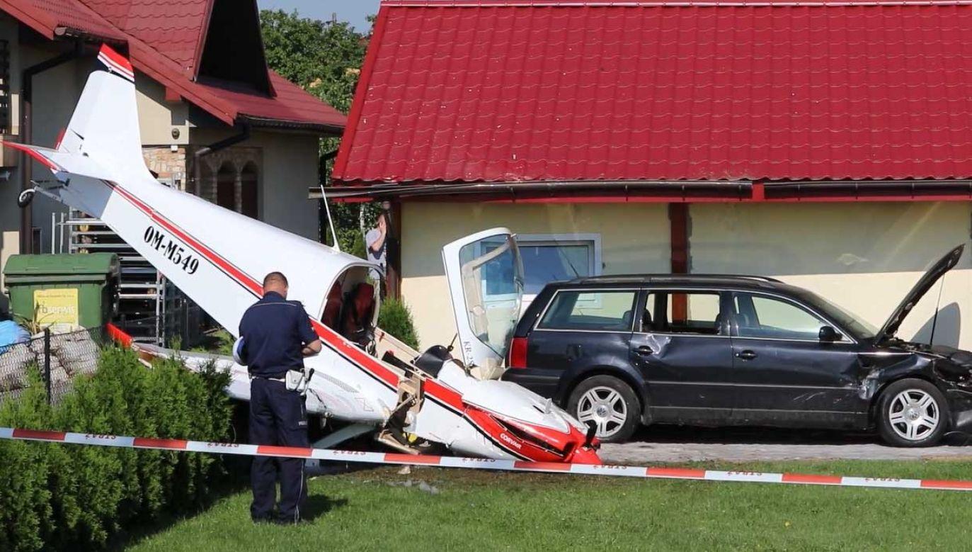 Pilot wysiadł z samolotu o własnych siłach (fot. YT/terazKrosno.pl)