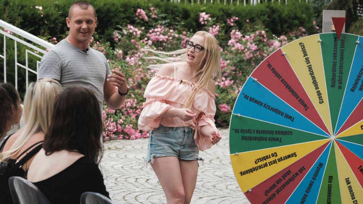 Seweryn, chcąc dowiedzieć się jak najwięcej o dziewczynach, przygotował koło niełatwych pytań (fot. M. Siarek/TVP)
