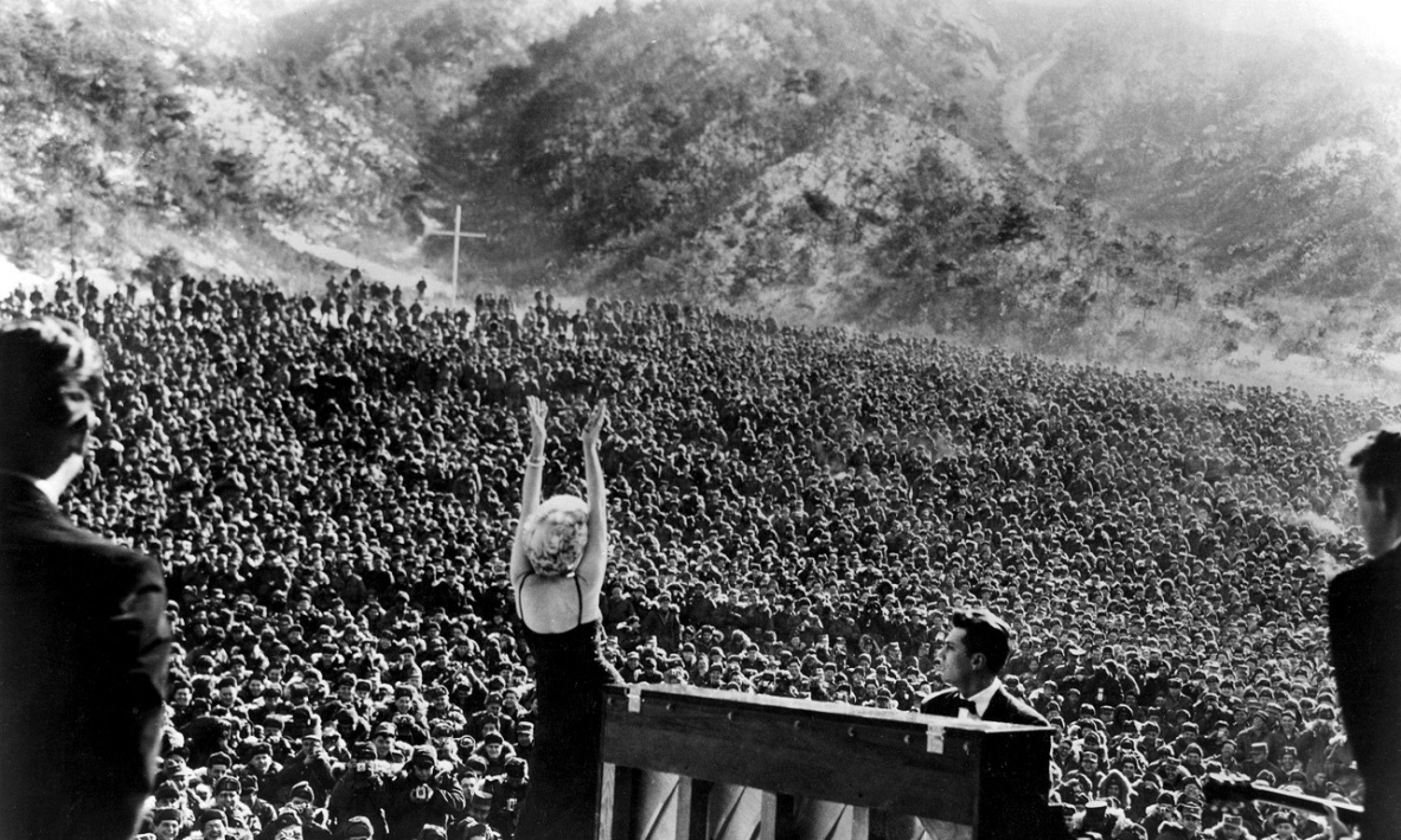 Marilyn Monroe podczas koncertu dla żołnierzy  amerykańskich w Korei w 1954 r. Ref: B196_095082_4822. Źródło: STARSTOCK / Photoshot Fot.: PAP / Photoshot