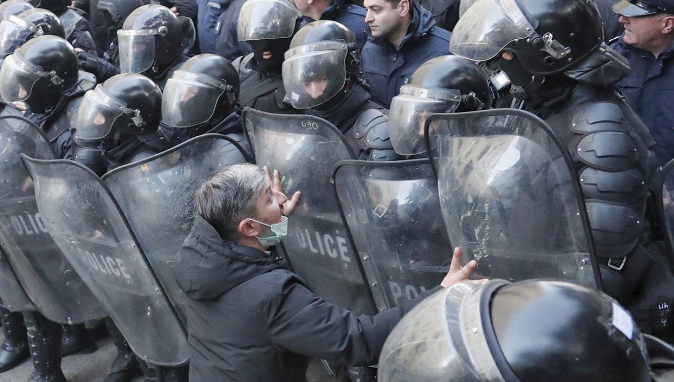Policyjne siły rozpraszają demonstrantów w Tbilisi (fot. PAP/EPA/ZURAB KURTSIKIDZE)