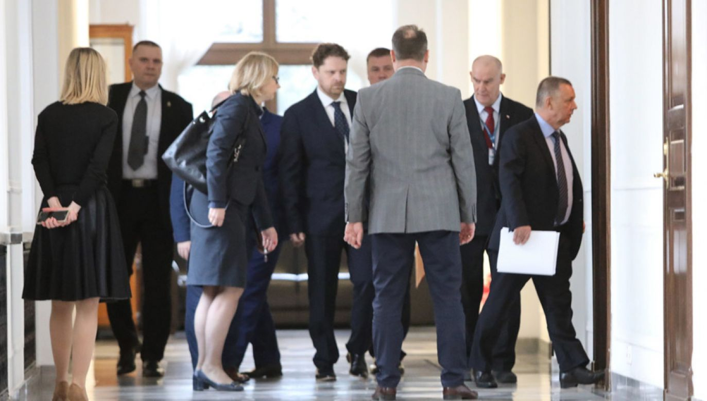 Prezes NIK Marian Banaś (P) w drodze na spotkanie z marszałek Sejmu Elżbietą Witek (fot.  PAP/Leszek Szymański)