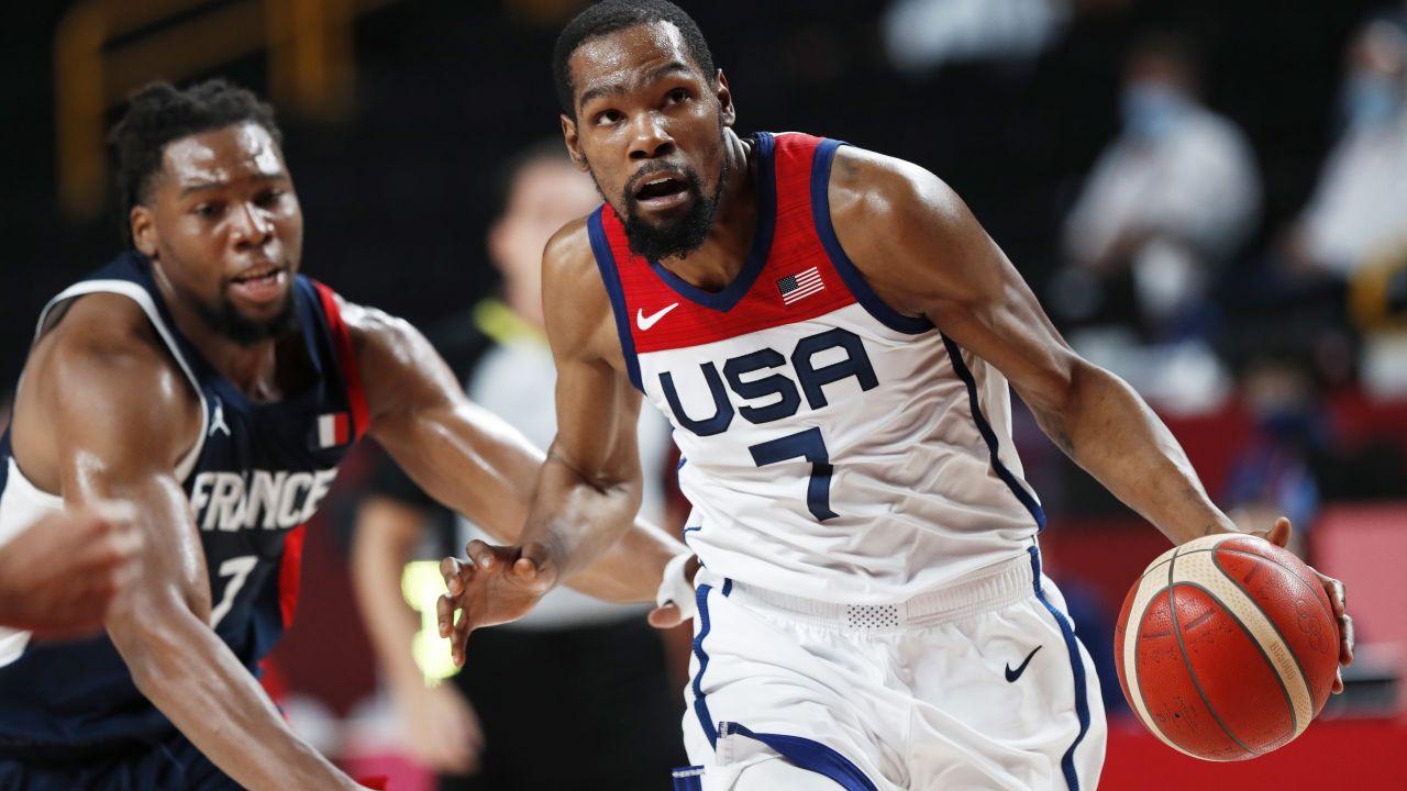 Kevin Durant (przy piłce) ponownie poprowadził Amerykanów do zwycięstwa. (fot. PAP)
