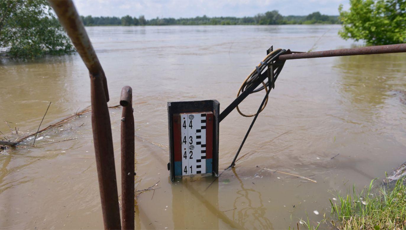 W Mazowieckiem wciąż obowiązuje najwyższy stopień ostrzeżenia przed powodzią (fot. PAP/Marcin Obara)