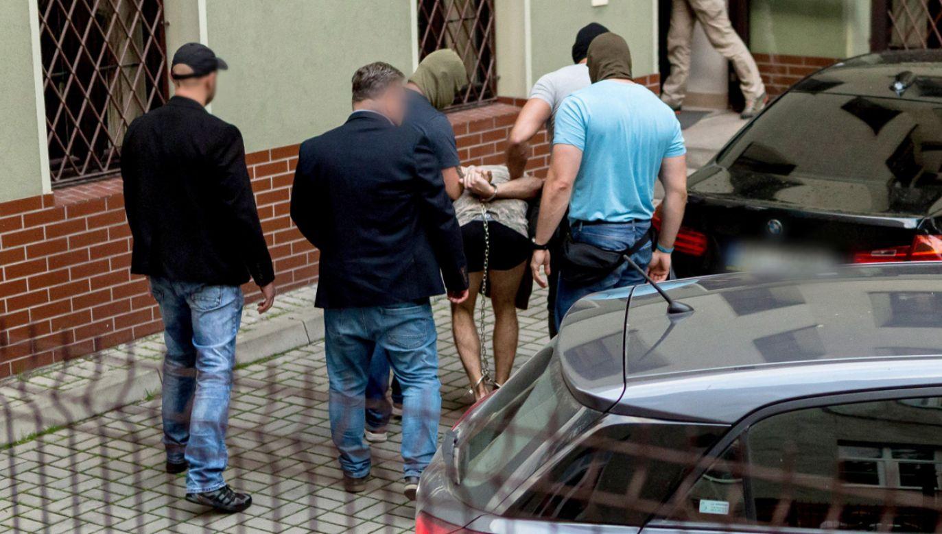 Zatrzymany mężczyzna doprowadzany na przesłuchanie w prokuraturze w Świdnicy (fot. PAP/Maciej Kulczyński)