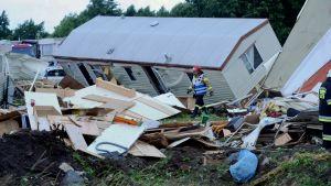 Trąba powietrzna porwała 8 domków holenderskich (fot. PAP/Marcin Bielecki)