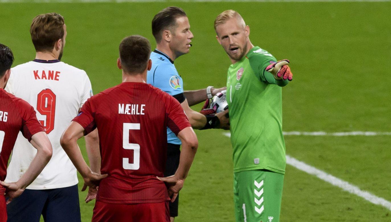 Kasper Schmeichel w rozmowie z arbitrem (fot. Getty)
