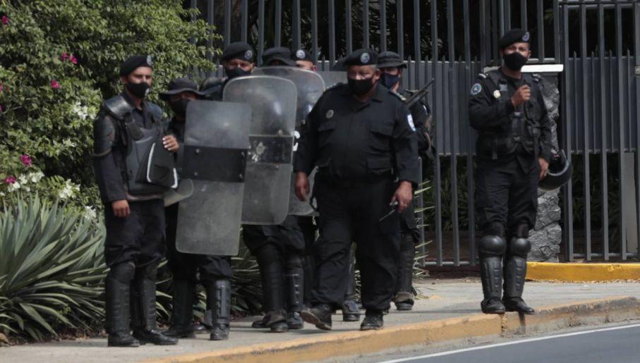 Służby reżimu zwalczają opozycję (fot. PAP/EPA/JORGE TORRES)