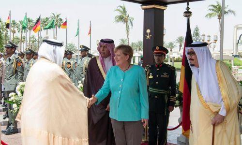 Saudyjski król Salman bin Abdul Aziz nie miał też oporów, aby podać dłoń niemieckiej kanclerz Angeli Merkel, kiedy w kwietniu 2017 roku przybyła ona z wizytą do Arabii Saudyjskiej. Fot. Bandar Algaloud/Courtesy of Saudi Royal Court/ via Reuters