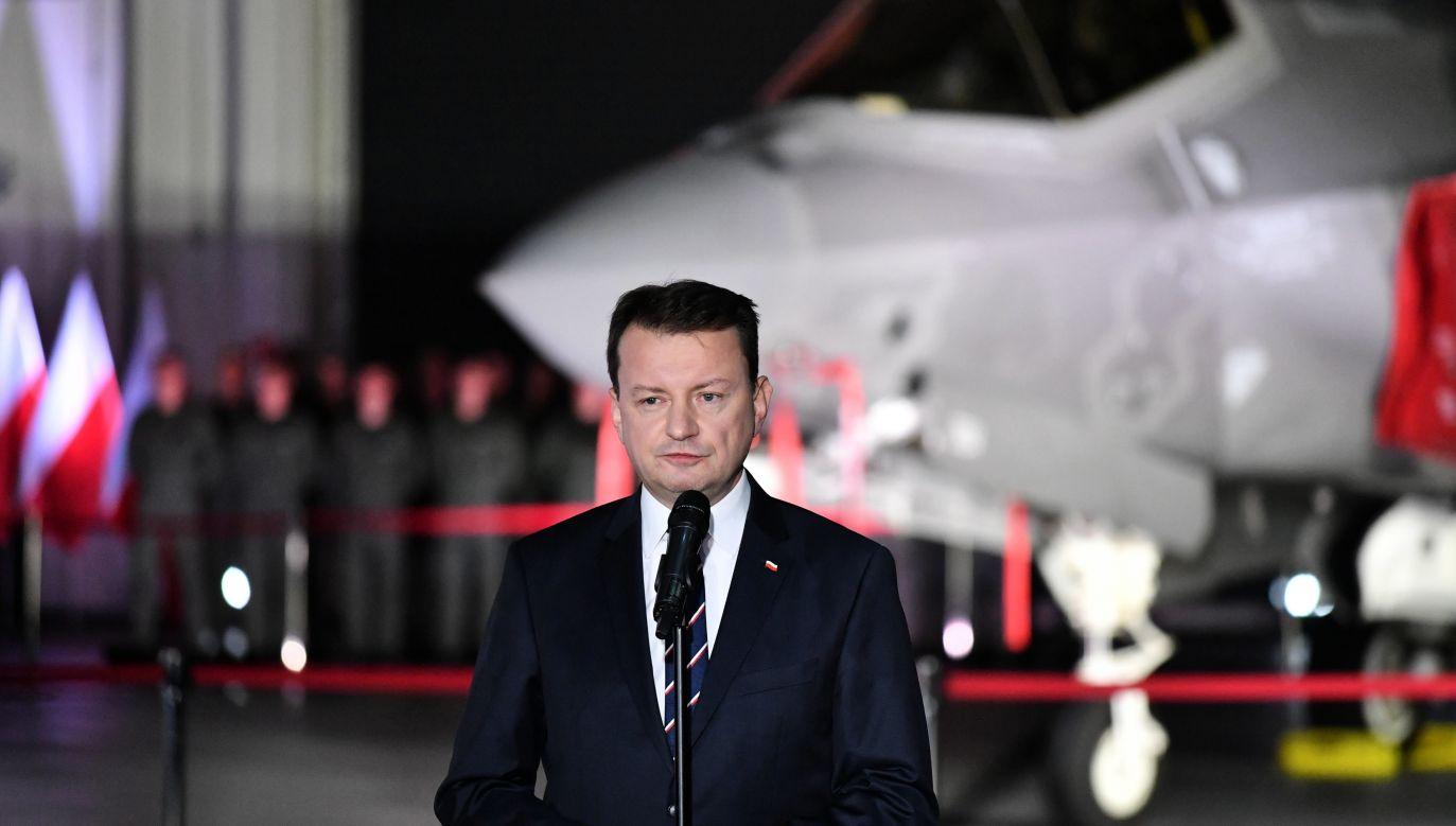 Mariusz Błaszczak podpisał w piątek w Dęblinie kontrakt na zakup 32 myśliwców F-35 (fot. PAP/Wojtek Jargiło)