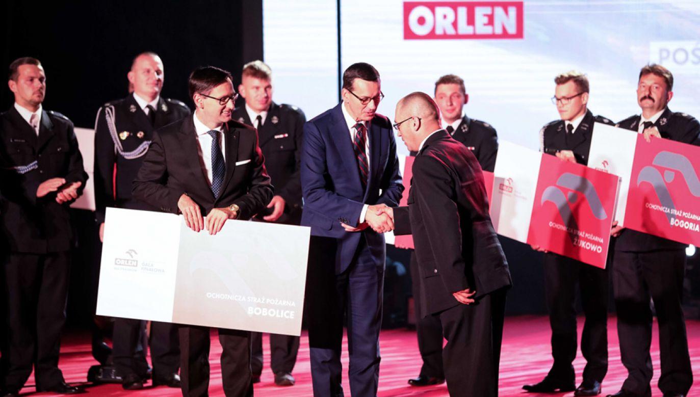 """Premier podczas gali programu """"Orlen dla Strażaków"""" (fot. PAP/Hanna Bardo)"""