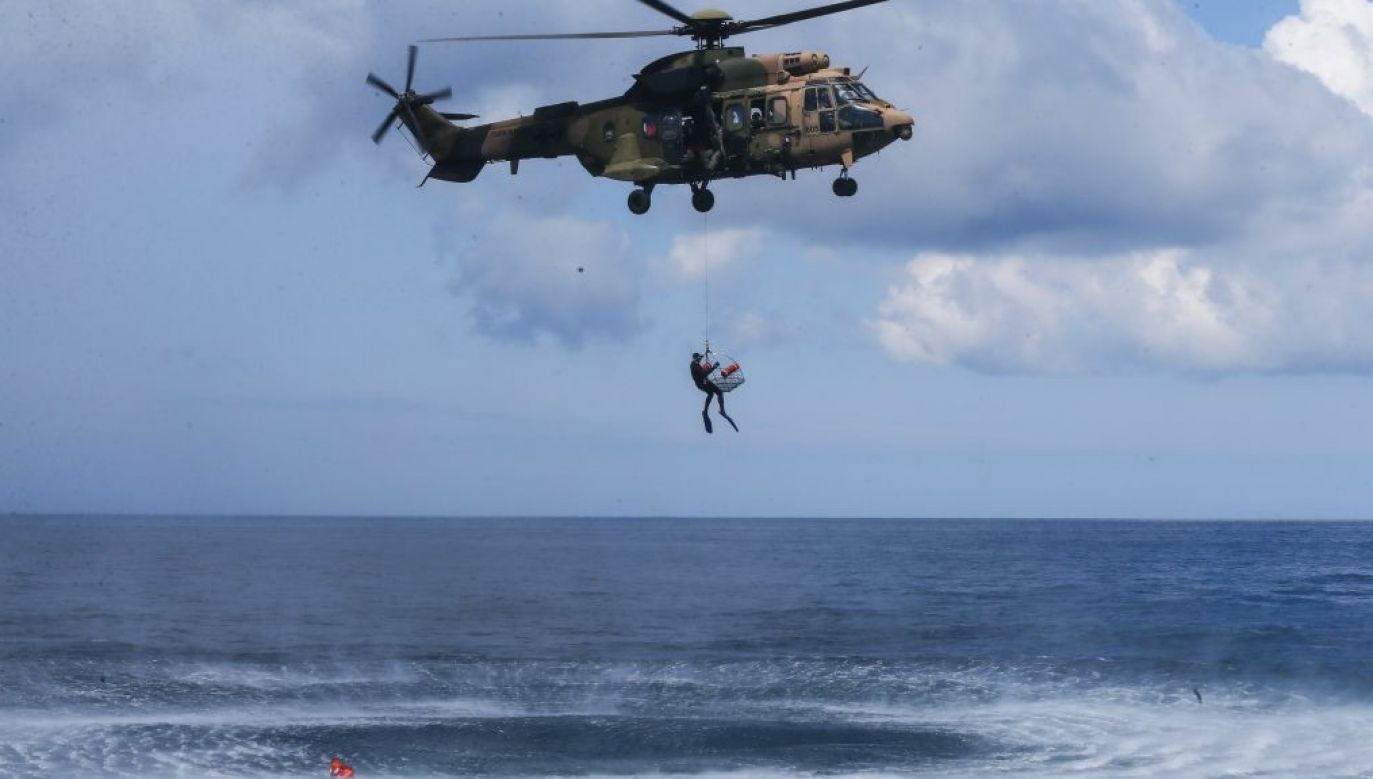 Działania ratowników utrudnia silny wiatr, deszcz i wysoka fala (fot. Andalou/Getty Images, zdjęcie ilustracyjne)