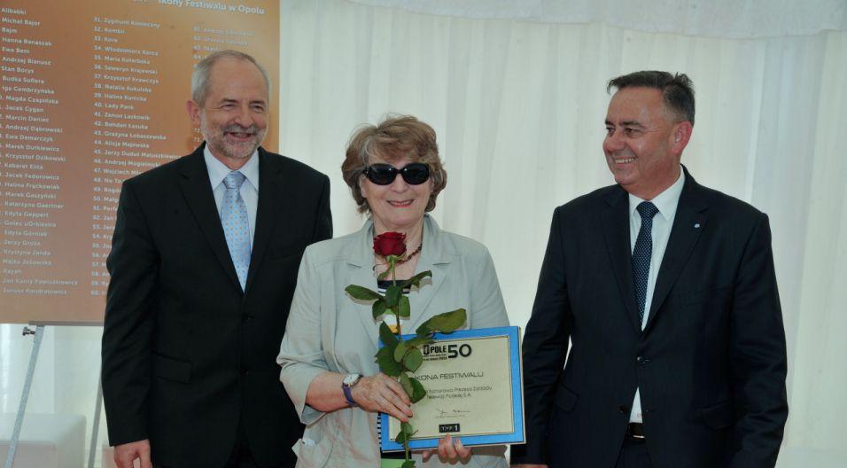 Irena Santor odbiera jubileuszową nagrodę  (fot. Ireneusz Sobieszczuk/TVP)