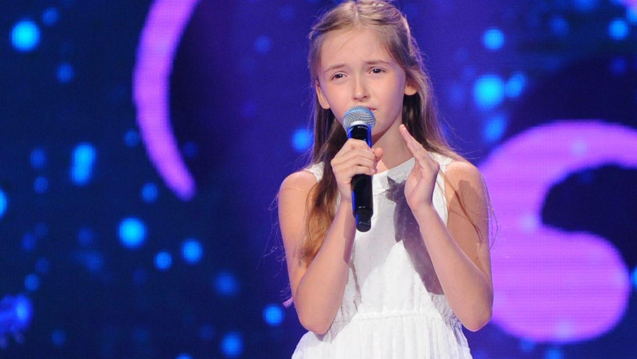"""Klara  zaśpiewała piosenkę """"Motyle i ćmy"""" Sarsy. Występ był dobry, jednak trenerzy uznali, że dla Klary jest jeszcze za wcześnie na kolejny etap programu (fot. TVP)"""