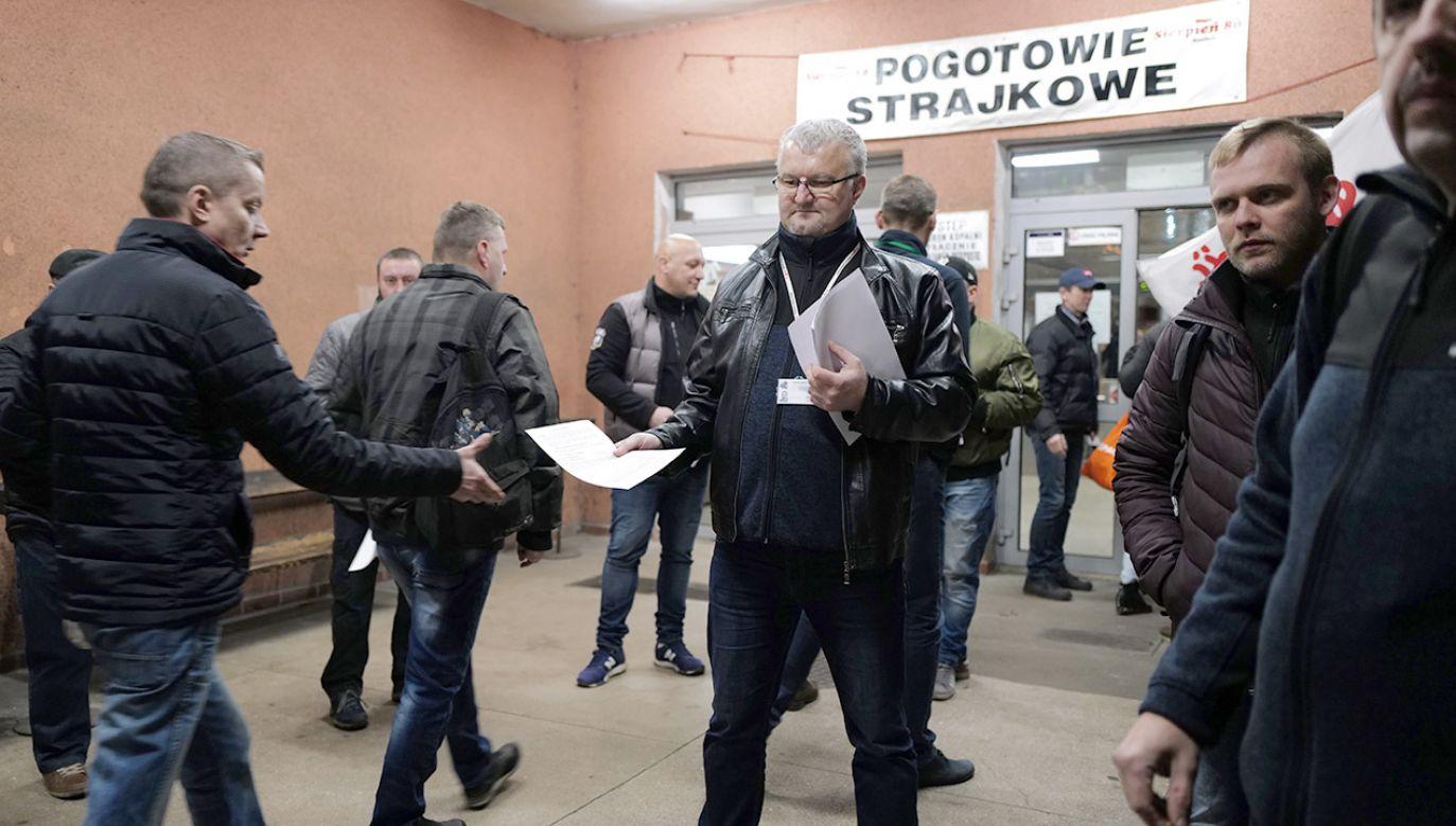 Protestujący NSZZ Solidarność podczas strajku ostrzegawczego, 17 bm. przed wejściem do budynku Kopalni Węgla Kamiennego Ruda Ruch Halemba w Rudzie Śląskiej (fot. PAP/Andrzej Grygiel)