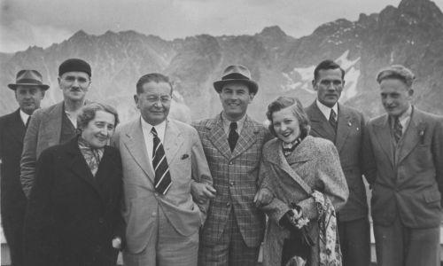 Jan Kiepura (4. z prawej) z żoną, aktorką i śpiewaczką Martą Eggerth (3. z prawej) w towarzystwie redaktora naczelnego Koncernu Ilustrowanego Kuriera Codziennego Mariana Dąbrowskiego (5. z prawej), jego żony Michaliny (6. z prawej) i dyrektora Obserwatorium Wysokogórskiego na Kasprowym Wierchu dr Edwarda Stenza (2. z lewej) na Kasprowym Wierchu. 1938 rok. Fot. NAC/IKC, sygn. 1-K-8261-2