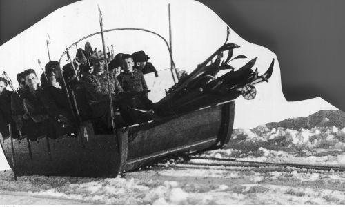 Wyciąg saniowy z Kotła Gąsienicowego na Kasprowy Wierch. Turyści w wyciągu saniowym. 1938. Fot. NAC/IKC, sygn. 1-S-3675-3