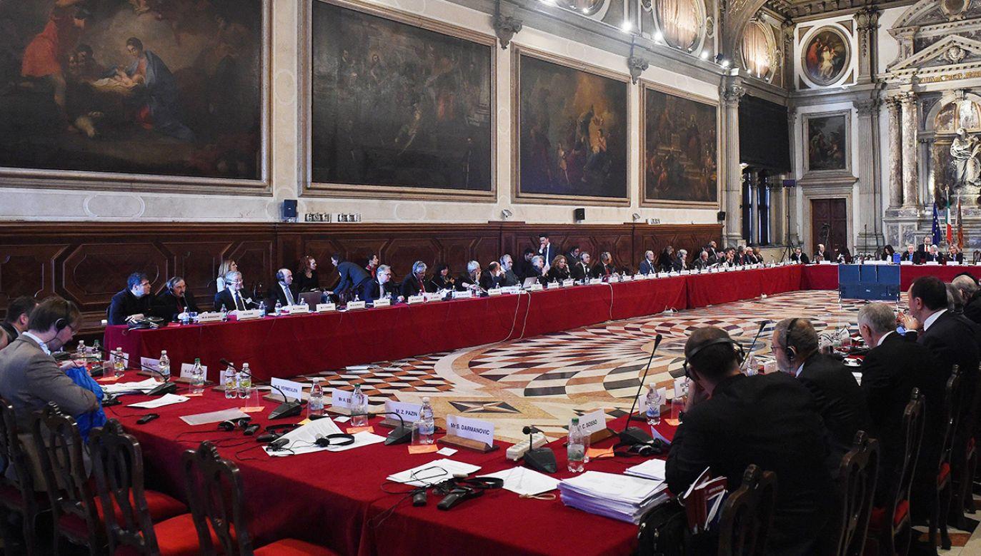 KW oceniła, że niektóre z zapisów przyjętych przez Sejm mogą być postrzegane jako dalsze osłabienie niezależności sądownictwa w Polsce (fot. arch. PAP/Radek Pietruszka)