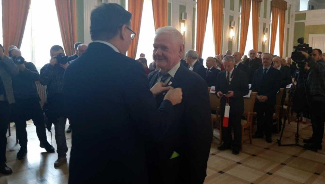 Tomasz Gutry odbiera Krzyż Wolności i Solidarności z rąk prezesa IPN dr Jarosława Szarka (fot. Mateusz Kosiński)