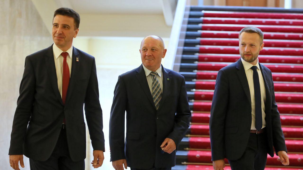 Posłowie PSL-Kukiz15: Jarosław Sachajko, Marek Sawicki i Paweł Szramka (fot. arch. PAP/Leszek Szymański)