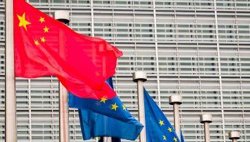 Pod koniec 2020 roku Unia Europejska i Chiny osiągnęły porozumienie w kwestii umowy inwestycyjnej (fot. Geert Vanden Wijngaert/Bloomberg via Getty Images)