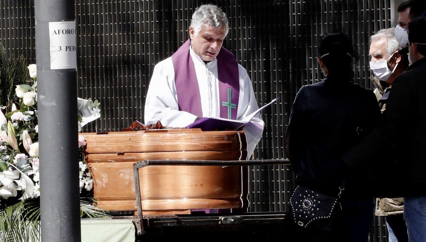 Tylko w ciągu ostatniej doby w Hiszpanii zmarło 950 osób (fot. PAP/ EPA/JESUS DIGES)