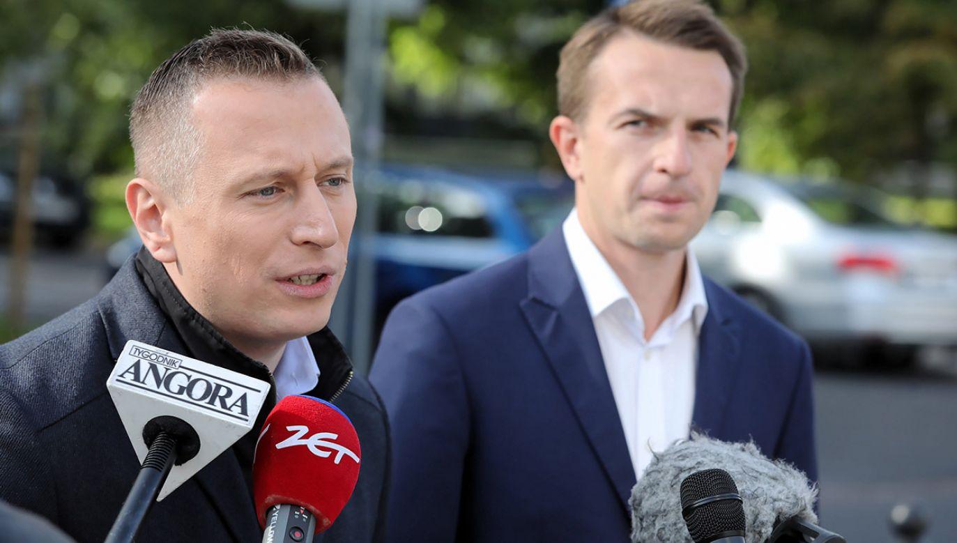 Krzysztof Brejza i Adam Szłapka (fot. PAP/Tomasz Gzell)